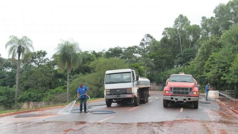 Trabalhadores lavaram asfalto para remover lama na Via Parque (Foto: Alan Nantes)