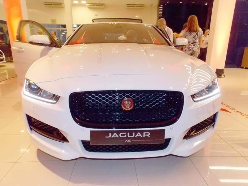 Jaguar XE R-Sport, o primeiro a desembarcar em Campo Grande. (Foto: Márcio Martins)