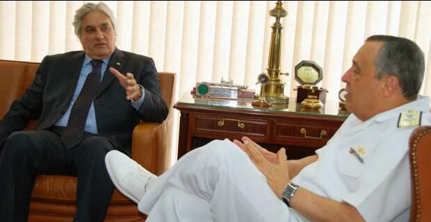 Senador Delcídio reunido com o almirante Júlio Soares de Moura Neto, comandante da Marinha. (Foto: Divulgação)