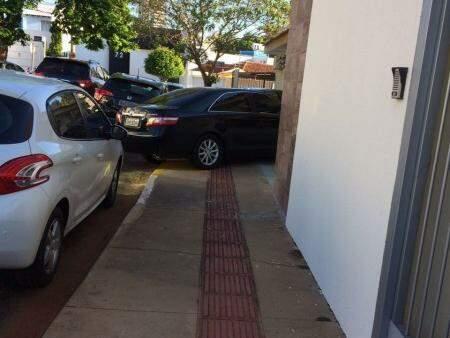 Carros ficam em cima da calçada em diversas partes do dia. (Foto: Direto das ruas)