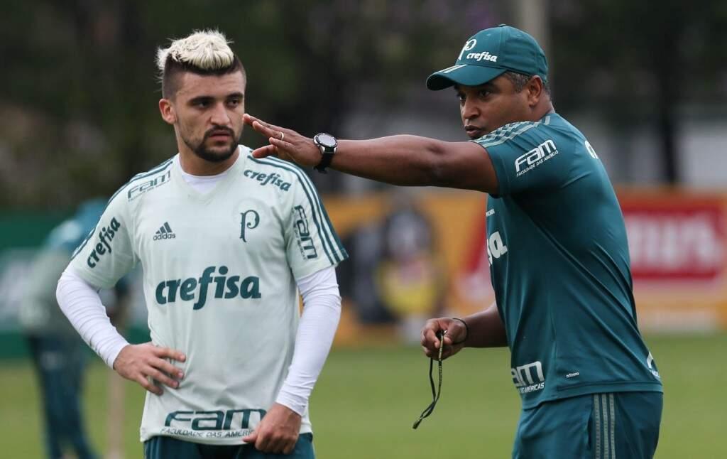 Técnico Roger Machado orienta o lateral Victor Luis na preparação para o clássico (Foto: Cesar Greco/Ag Palmeiras)