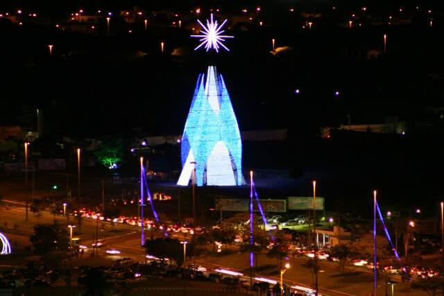 A árvore de Natal na Afonso Pena vista do alto, à noite.