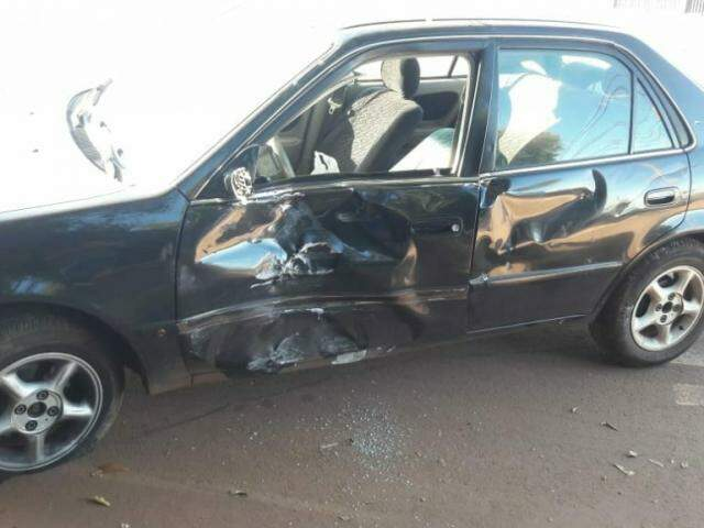 Lateral do veículo foi bastante danificada. (Foto: Direto das Ruas)