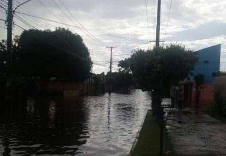 Chuva rápida surpreende moradores e alaga ruas na região do Santo Amaro