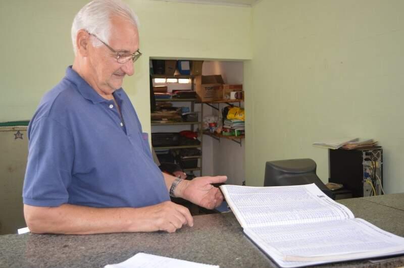 Joel trabalha no cemitério Santo Amaro há 10 anos e garante que os livros  são mais confiáveis. (Foto: Thailla Torres)