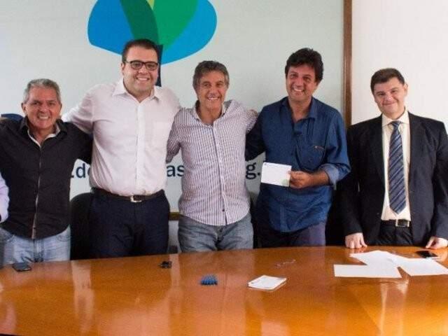 Murilo Zauith (de camisa listrada) e o presidente regional do DEM, o deputado federal Luiz Henrique Mandetta (do lado direito de Murilo) durante assinatura de filiação no dia 28 de março (Foto: DEM/Divulgação)