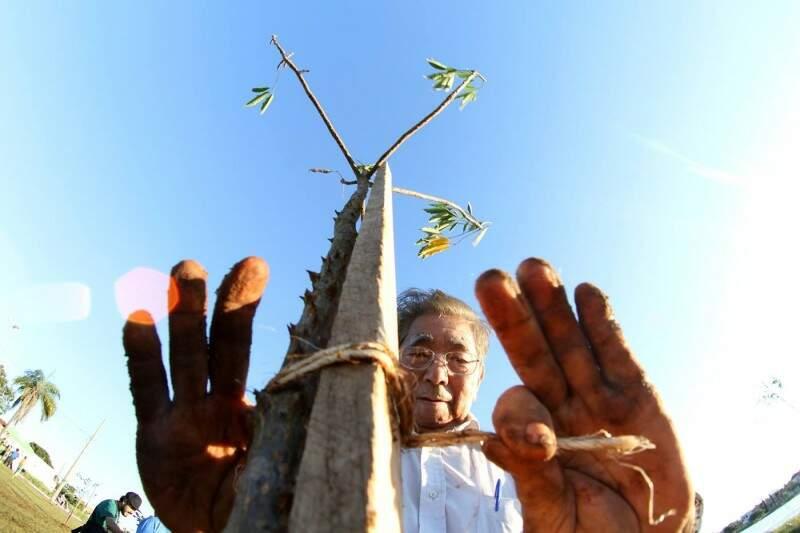 Idosos do Vovó Ziza também do evento e ajudaram a plantar as árvores (Foto: Marlon Ganassin)