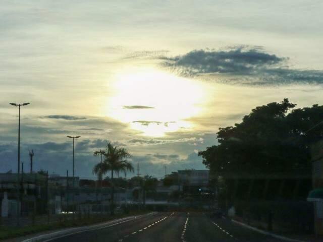 Dia amanheceu parcialmente nublado em Campo Grande. (Foto: Henrique Kawaminami)