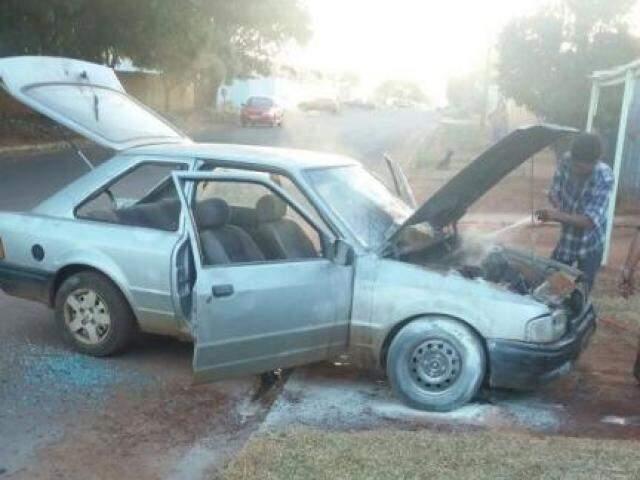 Veículo parou em cima da calçada depois que o condutor perdeu o controle da direção. (Foto: Direto das Ruas)