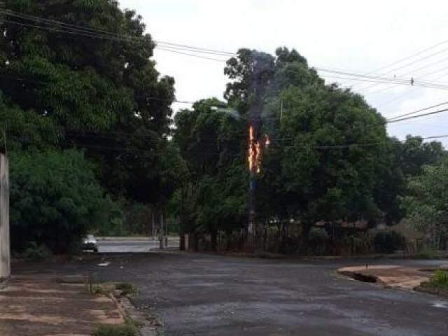 Poste pegou fogo no cruzamento das ruas Ibirapuã e Extremosa (Foto: Direto das Ruas)