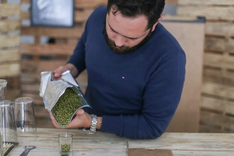 Paulo Neto é fanático por cerveja artesanal e viu em Campo Grande um mercado em ascensão (Foto: Fernando Antunes)