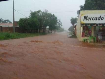 Rua ou rio? Chuva traz transtornos à população e até congestiona avenidas