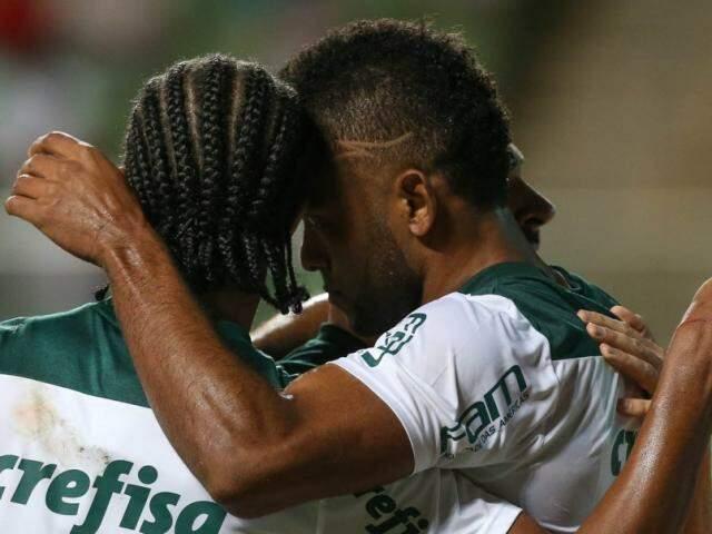 Borja e Keno comemorando assistência que resultou em um dos gols do verdão, na partida. (Foto:Cesar Greco/Ag Palmeiras/Divulgação)