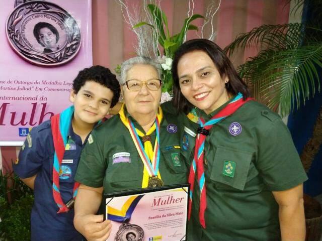 Ana Rita e o filho João Pedro durante homenagem à Brasília Silva Mello. (Foto: Divulgação)