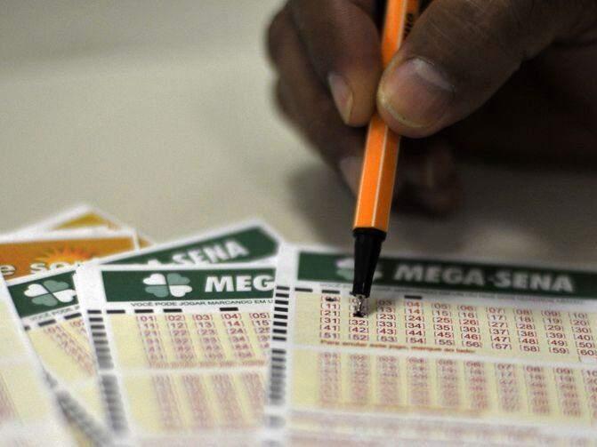 Apostador preenche talão de jogo da Mega-Sena (Foto: Agência Brasil)