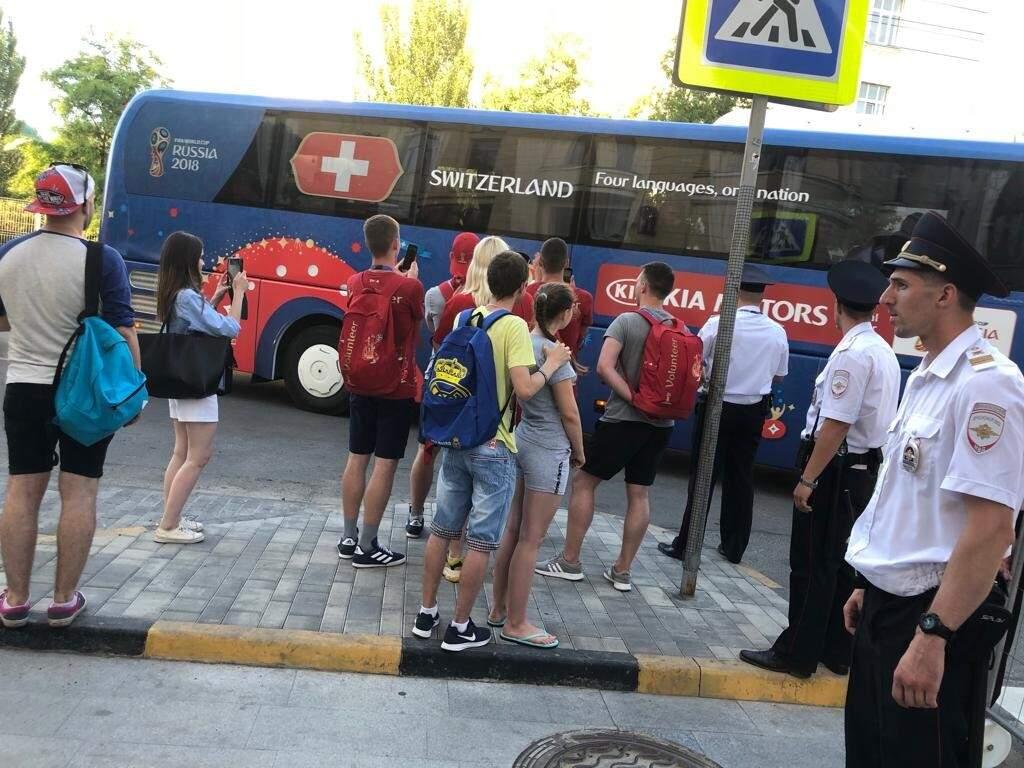 A chegada do ônibus ao hotel no centro da cidade de Rostov on Don, a 3 km do Rostov Arena, local do jogo do próximo domingo (Foto: Paulo Nonato de Souza)