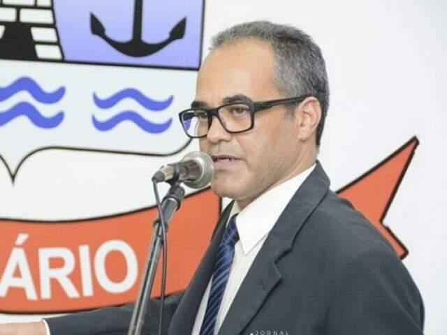 Novo prefeito durante a sua fala na cerimônia. (Foto: Diário Corumbaense)