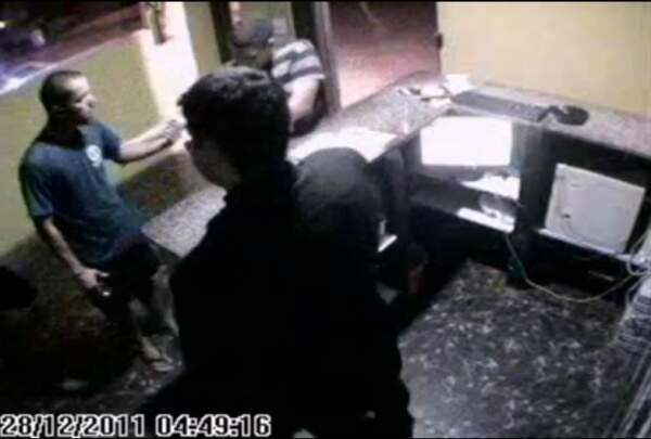 Dois supostos policiais causaram confusão em boate da Capital.