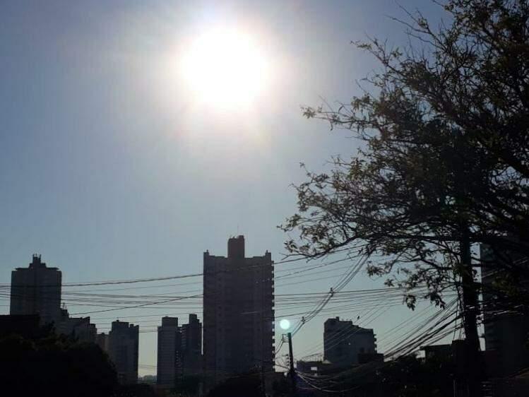 Sol brilha forte nas primeiras horas do dia na capital sul-mato-grossense (Foto: Geisy Garnes)