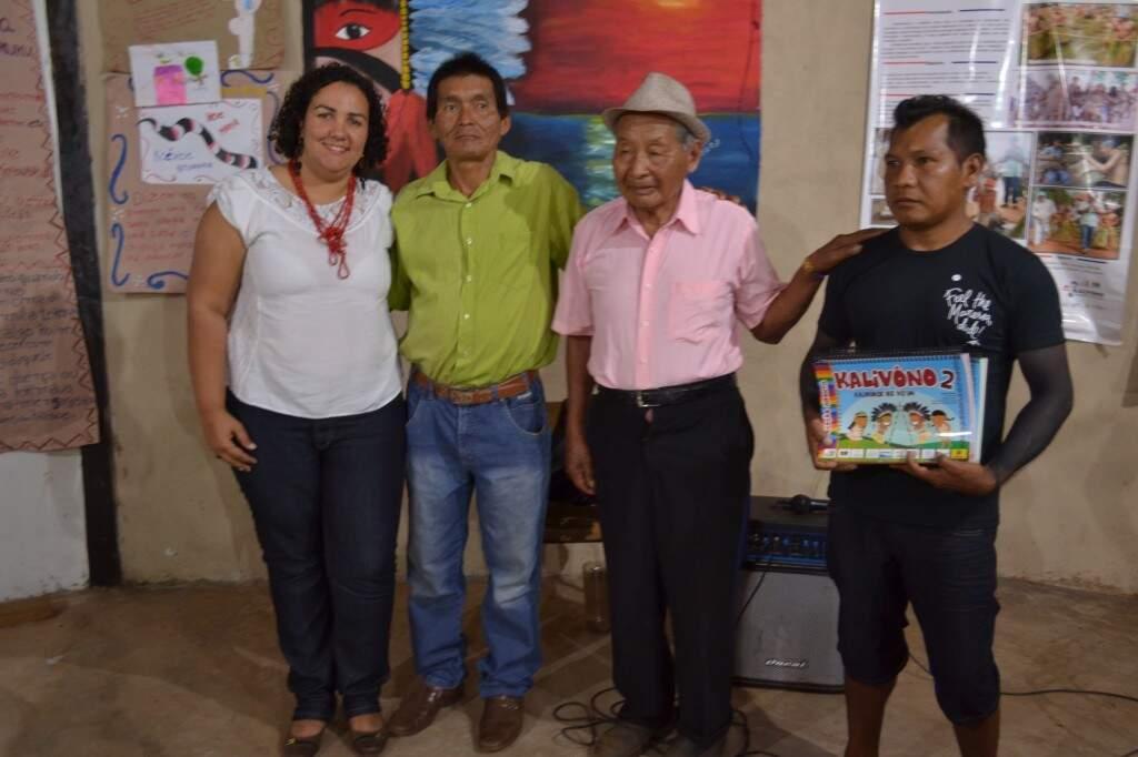 Visitantes receberam exemplares do livro Kalivono e conheceram as práticas pedagógicas aplicadas em sala de aula.  (Foto: Luciano Justiniano)