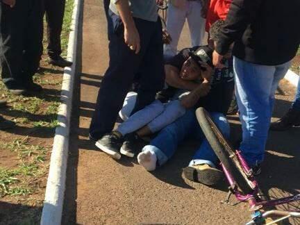 Homem foi cercado e imobilizado por grupo até a chegada da polícia (Foto: Direto das Ruas)