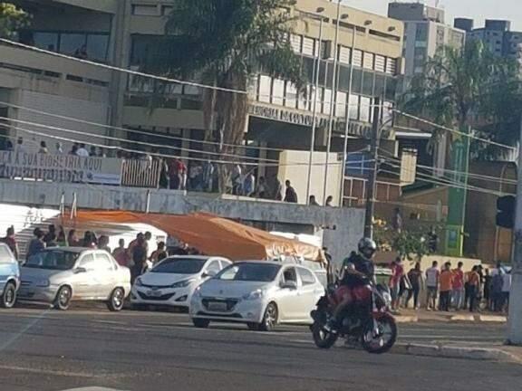 Eleitores lotaram a frente do posto de atendimento do TRE-MS na Fernando Corrêa da Costa, em Campo Grande, no início desta manhã (Foto: Direto das ruas)