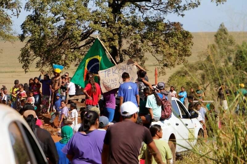 Caminhonete com o caixão chega ao portão de acesso à fazenda onde Clodioudo morreu (Foto: Helio de Freitas)