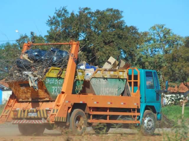 Caminhão chega com materiais permitidos, mas também com os proibidos. (Foto: Rodrigo Pazinato)