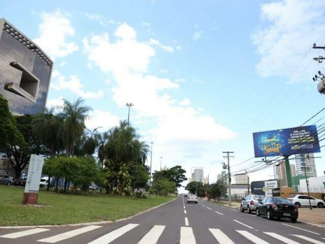Poucas nuvens nos altos da Avenida Afonso Pena nesta tarde, em Campo Grande (Foto: Paulo Francis)