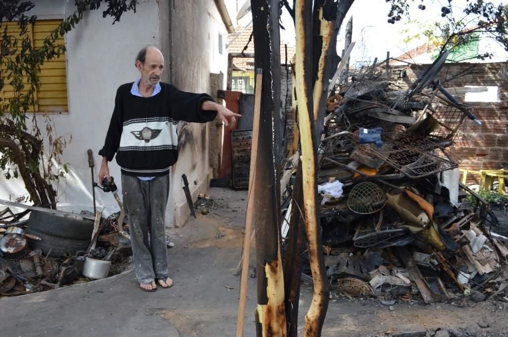 Celso mostra o que restou após o incêndio do fim de semana. (Foto: Thailla Torres)