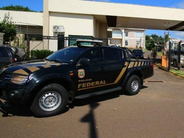 Policiais federais saindo do condomínio onde Sidinei mora (Foto: André Bittar)