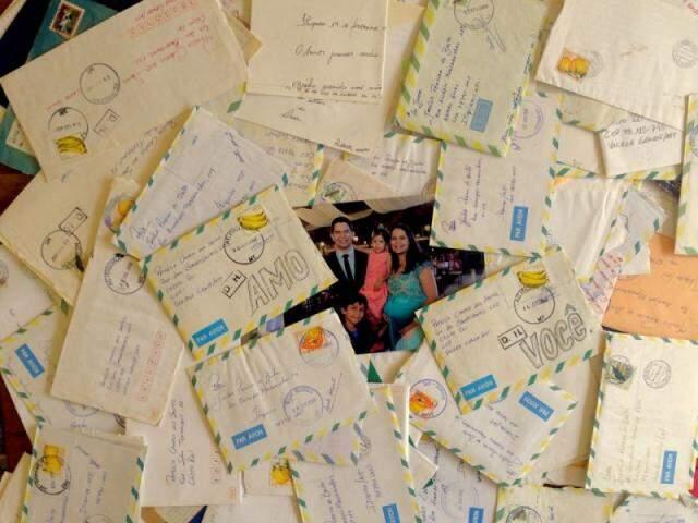 A foto da família toda rodeada das cartas, trocadas com o melhor amigo de Patrícia. (Fotos: Arquivo Pessoal)