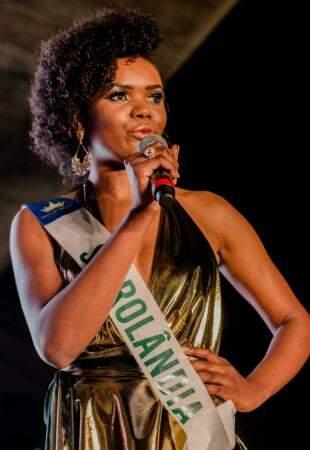 A candidata de Sidrolândia, Adélia Nunes respondendo a pergunta sobre a preservação ambiental (Foto: Ana Carolina Santiago)