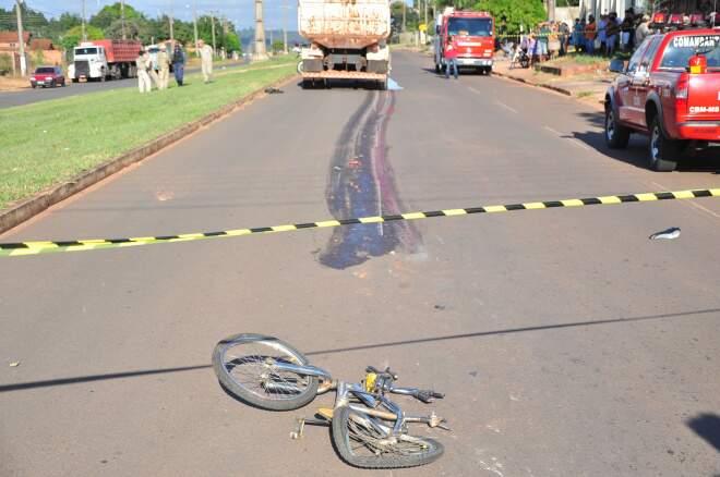 Menino andava de bicicleta quando foi atropelado e arrastado pelo caminhão em avenida de Campo Grande (Foto: João Garrigó)