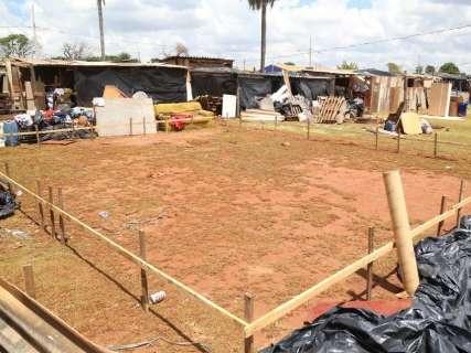 Em uma semana, 75 famílias trocam apenas endereço de barracos