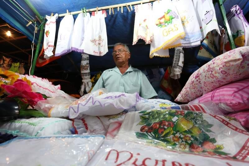 Zezito vende peças bordadas trazidas de Ibitinga. (Foto: Marcelo Victor)
