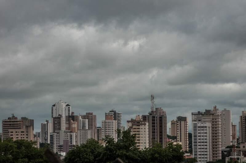 Céu nublado em Campo Grande na tarde desta sexta-feira (Foto: Alcides Neto)
