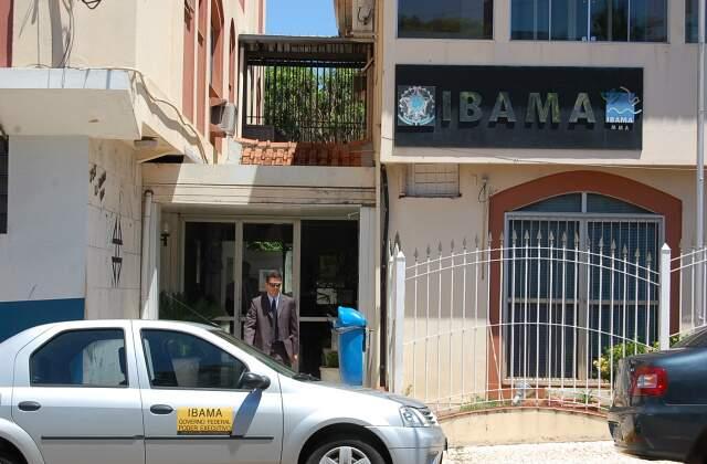 Policial deixa sede do Ibama em Campo Grande, que está fechada nesta manhã, por operação da PF. (Foto: Fernando Dias)
