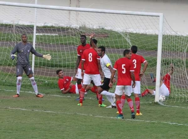 Lance da vitória do Ceilândia diante do Comercial por 3 a 1 no Morenão na primeira fase; no jogo da volta, em Brasília, o time campo-grandense venceu de 1 a 0 (Foto: Arquivo)