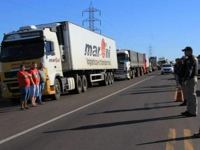 Caminhoneiros durante manifestação em rodovia do Estado. (Foto: Arquivo)