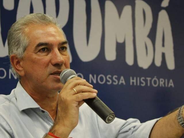 Governador Reinaldo Azambuja (PSDB) durante entrevista coletiva em Corumbá (Foto: Assessoria)