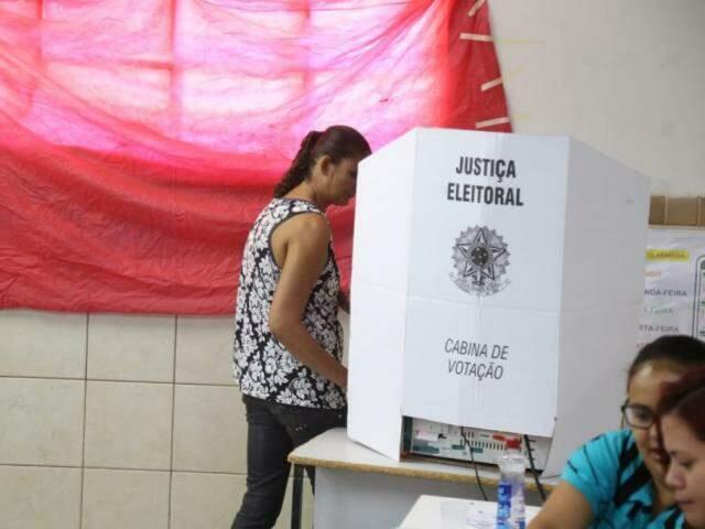 Eleitora durante voto em Campo Grande (Foto: Paulo Francis)