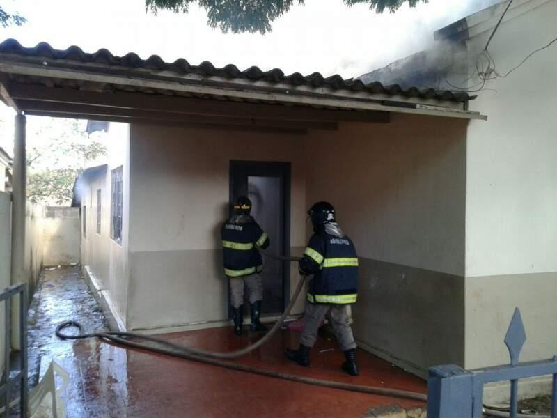 Bombeiros controlam incêndio em casa na área central (Foto: Eliel Oliveira)