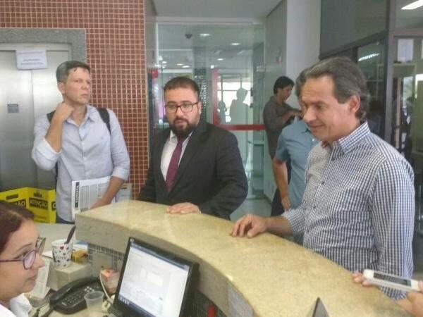 Prefeito chega ao MPE-MS junto com procurador-geral do Município e gestor da Funesp. (Foto: Alberto Dias)