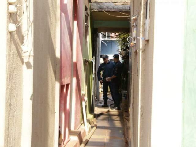 Policiais observam estragos na última casa de vilinha no Planalto (Foto: Kísie Ainoã)