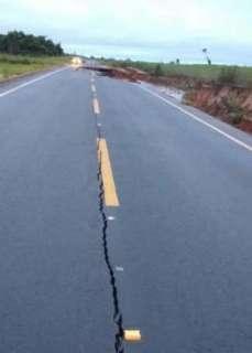 Asfalto da rodovia MS-180 racha e desmorona em vários trechos