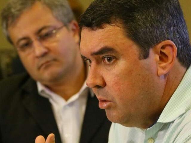 Secretário de governo, Eduardo Riedel (em primeiro plano) e o controlador geral do Estado, Carlos Girão deram entrevista coletiva à imprensa nesta segunda-feira (29) (Foto: André Bittar)