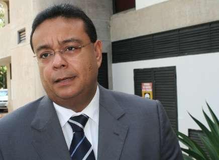 Prefeito de Corumbá passa mal e espera transferência para a Capital