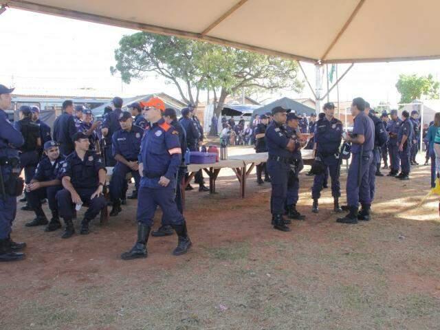 Guardas municipais na Cidade de Deus no dia 7 de março, primeiro dia da remoção das famílias (Foto: Marcos Ermínio)