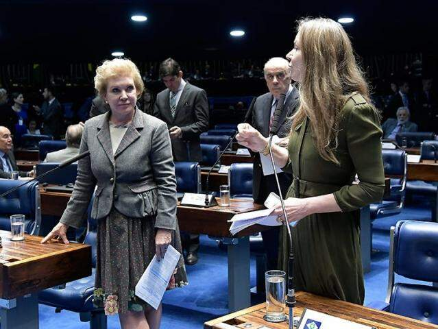 Ao microfone, senadora Vanessa Grazziotin (PCdoB-AM), autora do projeto. (Foto: Waldemir Barreto/Agência Senado)